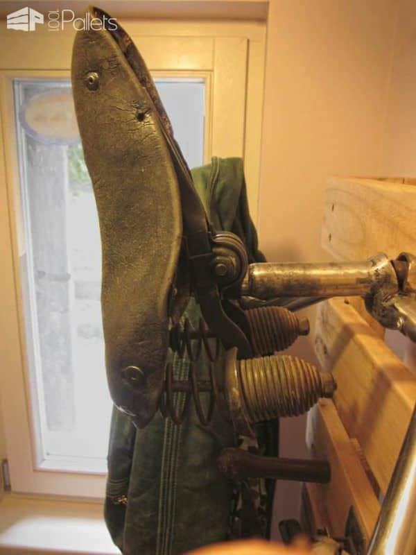 Custom Pallet Hanger For The Entrance Pallet Shelves & Pallet Coat Hangers