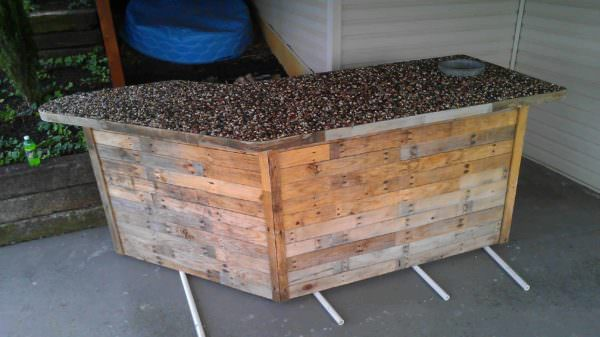 Outdoor Bar Made From Pallets & Pebbles Pallet Bars