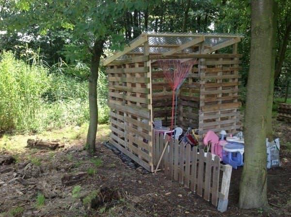 Pallets Hut For Kids / Cabane Pour Les Enfants En Palettes Fun Pallet Crafts for Kids Pallet Sheds, Cabins, Huts & Playhouses