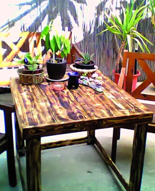 Yard Table Made Out Of Discarded Pallet Pallet Desks & Pallet Tables