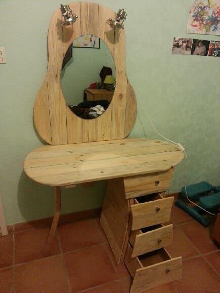 Dressing Pallet Table / Coiffeuse Pallet Desks & Pallet Tables