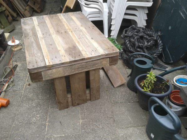Upcycled Pallet Garden Table With 2 Pallets Pallet Desks & Pallet Tables Pallets in the Garden