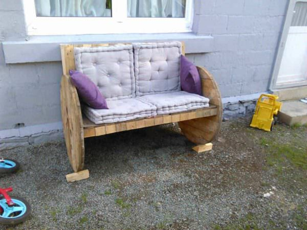 2 Palettes + 1 Touret = 1 Banc / 2 Pallets + 1 Reel = 1 Bench Pallet Benches, Pallet Chairs & Stools