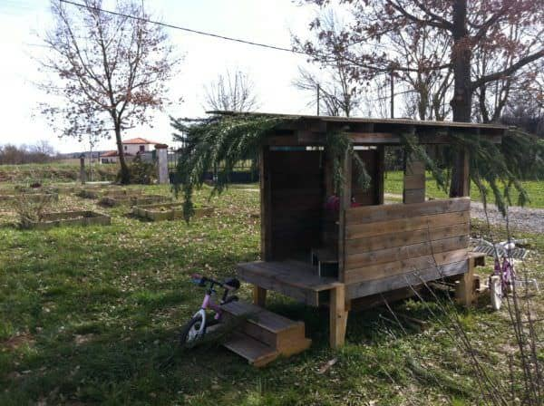 Cabane En Palettes Recyclées / Recycled Pallets Into Cool Hut For Kids Fun Pallet Crafts for Kids Pallet Sheds, Cabins, Huts & Playhouses