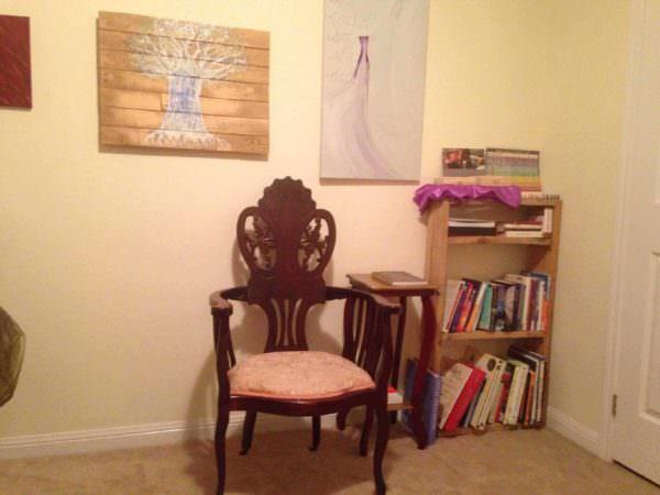 A Simple Pallet Bookshelf Pallet Bookcases & Bookshelves Pallet Shelves & Pallet Coat Hangers