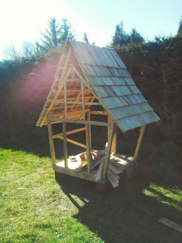 Cabane Enfants Façon Tim Burton / Fairy Tale Kids Pallet Hut From 11 Pallets Fun Pallet Crafts for Kids Pallet Sheds, Cabins, Huts & Playhouses