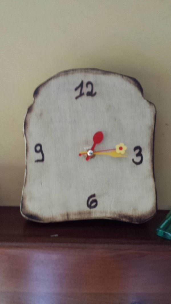 Delicious Pallet Clock / Orologio a Forma Di Fetta Biscottata Pallet Clocks