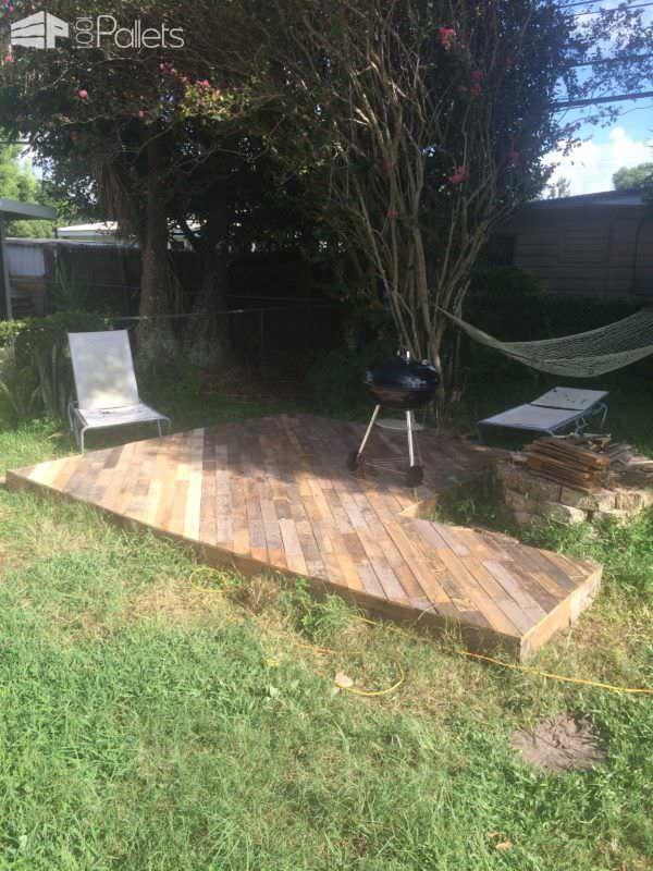 Patio Deck Out Of 25 Wooden Pallets Pallet Floors & Decks Pallet Terraces & Pallet Patios