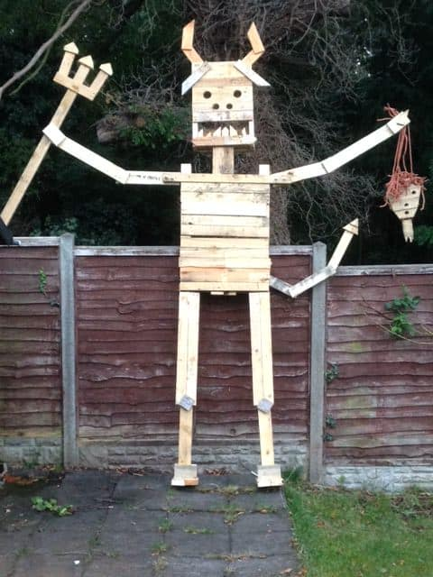 12 Foot Tall Gigantic Flaming Pallet Beast! Other Pallet Projects