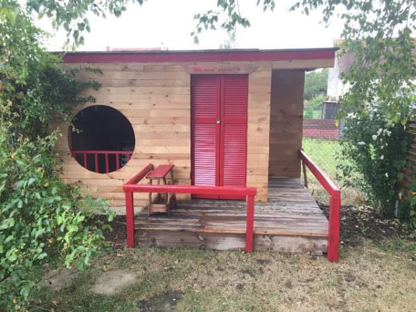 Round-window Kid's Pallet Playhouse Pallet Sheds, Cabins, Huts & Playhouses