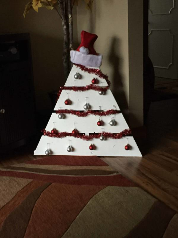 Festive, Easy Small Pallet Christmas Tree Fun Pallet Crafts for Kids Pallet Home Décor Ideas