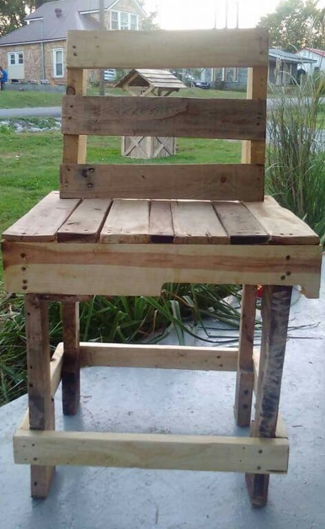 Relax With This Pallet Porch Table/Chair Set Pallet Benches, Pallet Chairs & Stools Pallet Desks & Pallet Tables