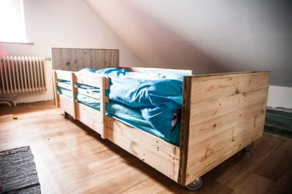 Boy's Pallet Bed / Lit à Roulettes En Bois De Palettes DIY Pallet Video Tutorials Pallet Beds, Pallet Headboards & Frames