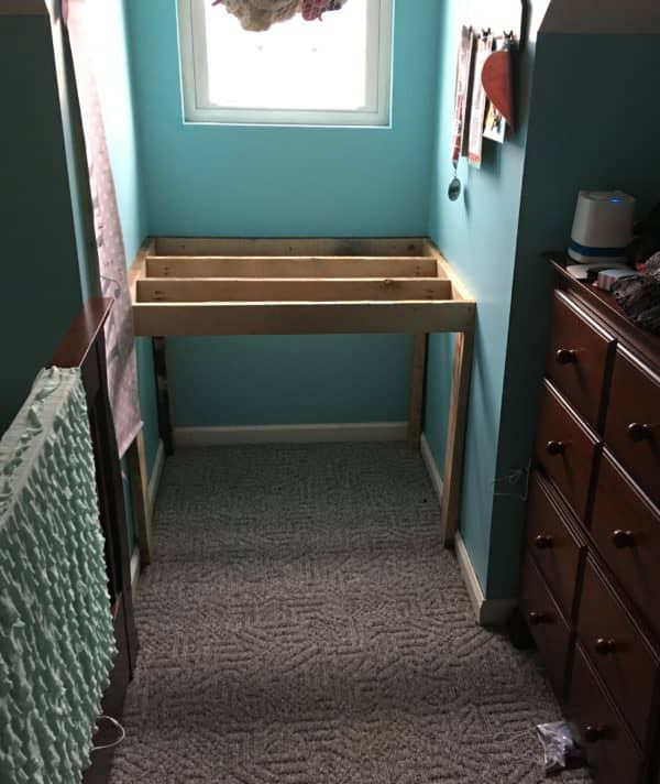Charming Pallet Reading Nook Converts Into Desk Fun Pallet Crafts for Kids Pallet Desks & Pallet Tables