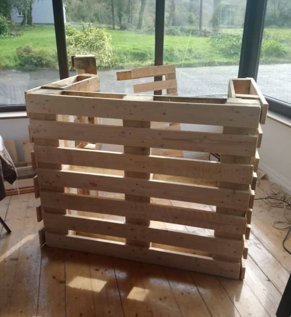 Stair Spindle Pallet Bar Makes Easy Backyard Project! Pallet Bars
