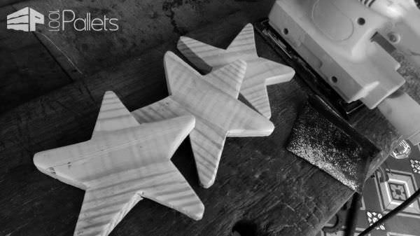 Star-topped Pallet Holiday Trees For Your Holiday Decor! Pallet Home Accessories