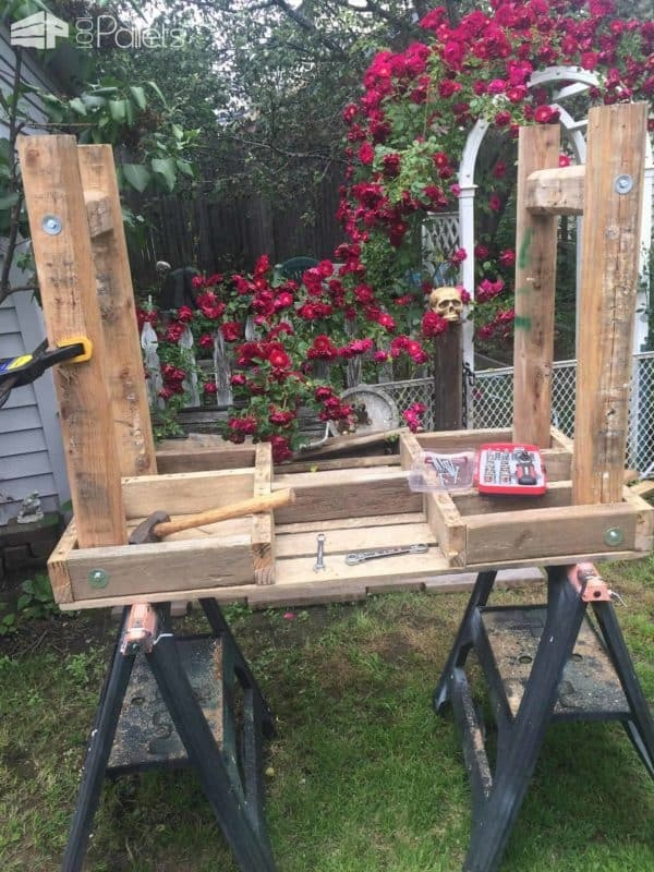 Painting Station – An Outdoor Pallet Work Table Pallet Desks & Pallet Tables Workshop and tools