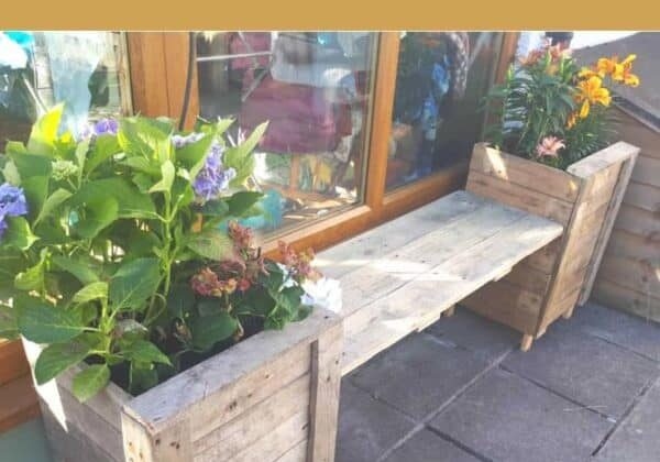 1001pallets.com-a-double-planter-with-a-seat-to-stop-our-hagrid-the-great-dane-from-spoiling-the-flowers-01