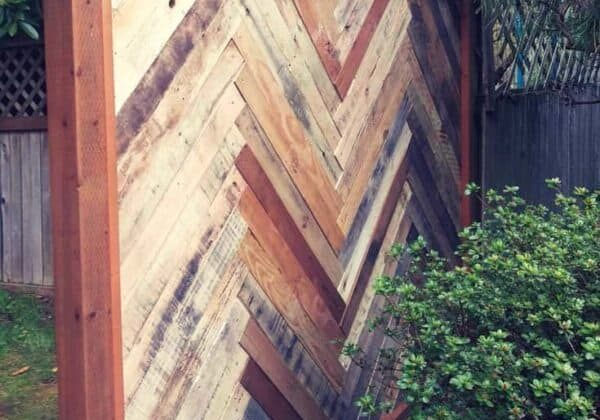 1001pallets.com-backyard-fence-made-with-repurposed-pallets-01
