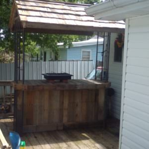 1001pallets.com-how-i-made-this-outdoor-bar-from-pallets