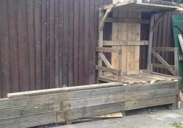 Outdoor Covered Pallet Bench