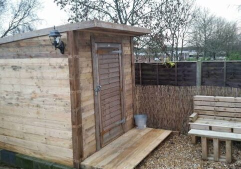 1001pallets.com-pallet-shed-and-bench