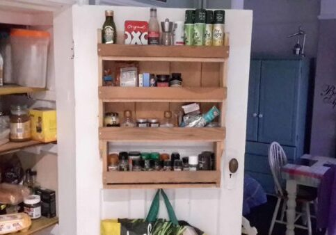 1001pallets.com-spice-rack-from-a-pallet